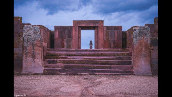 monolito inside the gate 16-9jpg - Bolivia uyumi saltlake, la paz, madidi and Tiwanaku