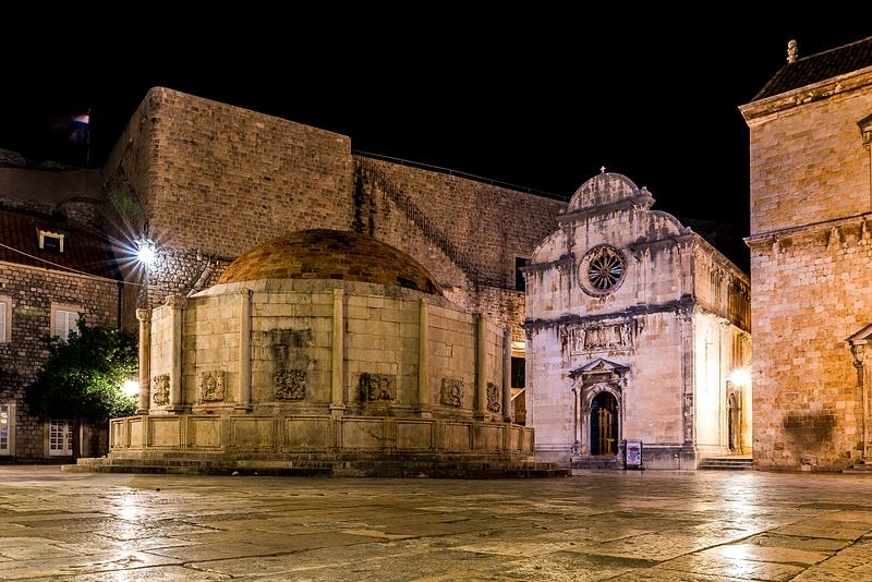 Onofrio's Fountain And St. Saviour Church