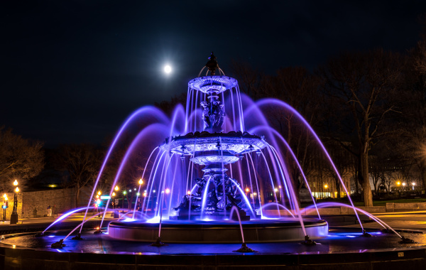 Fontaine de Tourny under the moonlight by Luc Jean