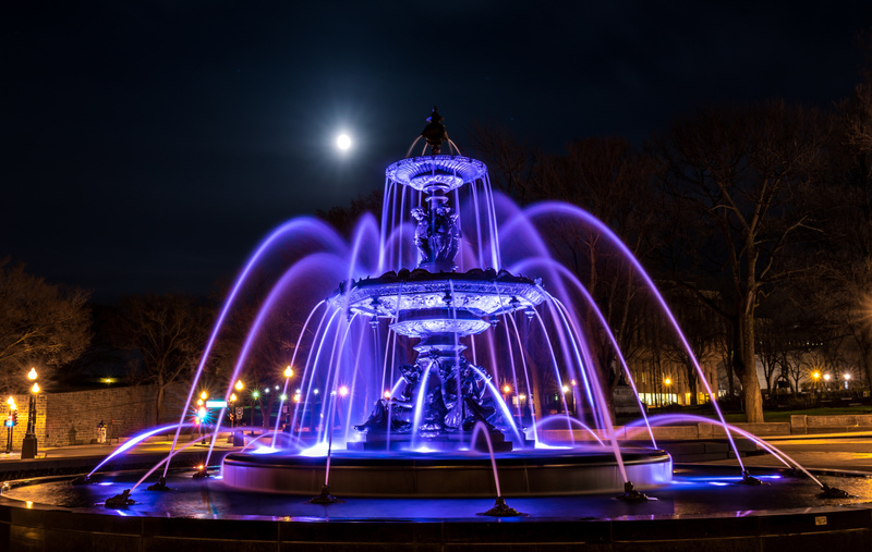 Fontaine de Tourny under the moonlight
