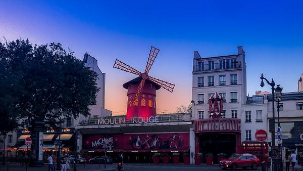 coucher du soleil sur le moulin rouge