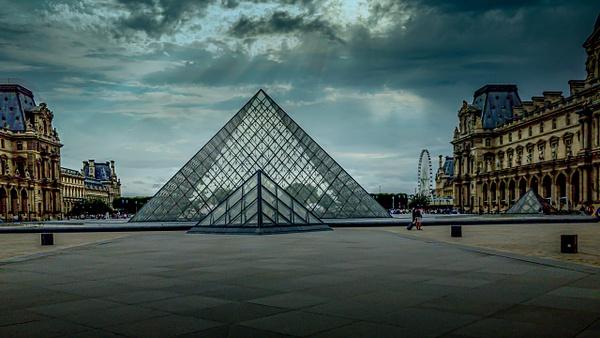 Pyramide du Louvre sous un ciel menaçant - Home - Theo Castillon Photographie