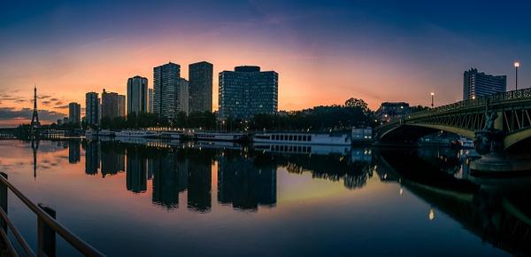 Panorama d'un lever du soleil sur la Seine et la Tour Eiffel - Home - Theo Castillon Photographie