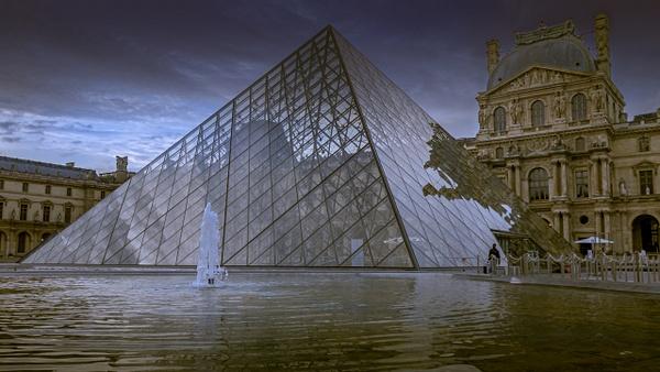 La Pyramide du Louvre au ras de l'eau - Home - Theo Castillon Photographie
