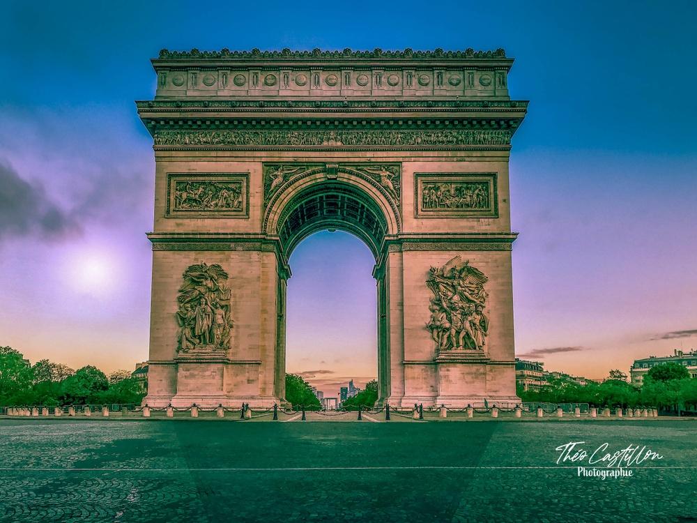 L'Arc de Triomphe avec un lever du jour sur La Défense