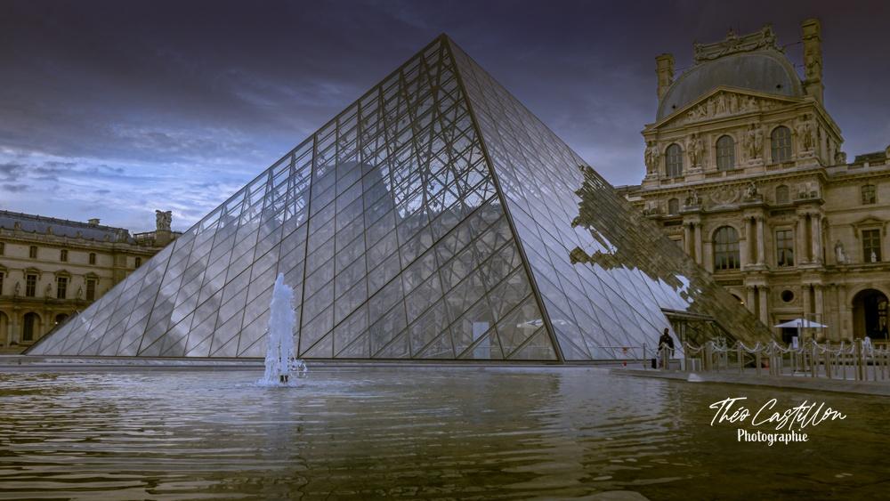 La Pyramide du Louvre au ras de l'eau