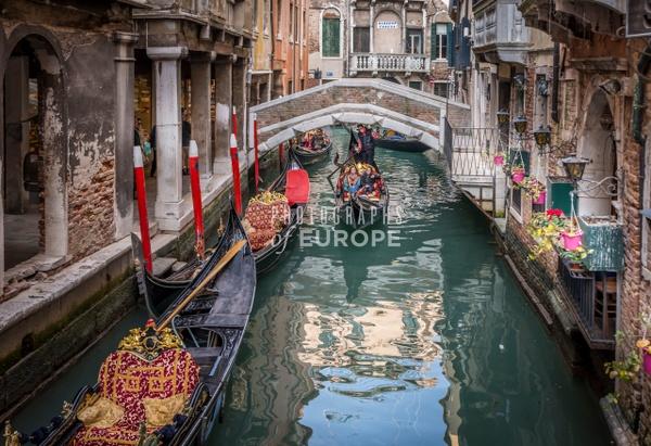 Gondola-and-tourists-Venice-Italy - Photographs of Venice, Italy..