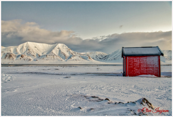 The red hut - hut and mountains by Ingymon